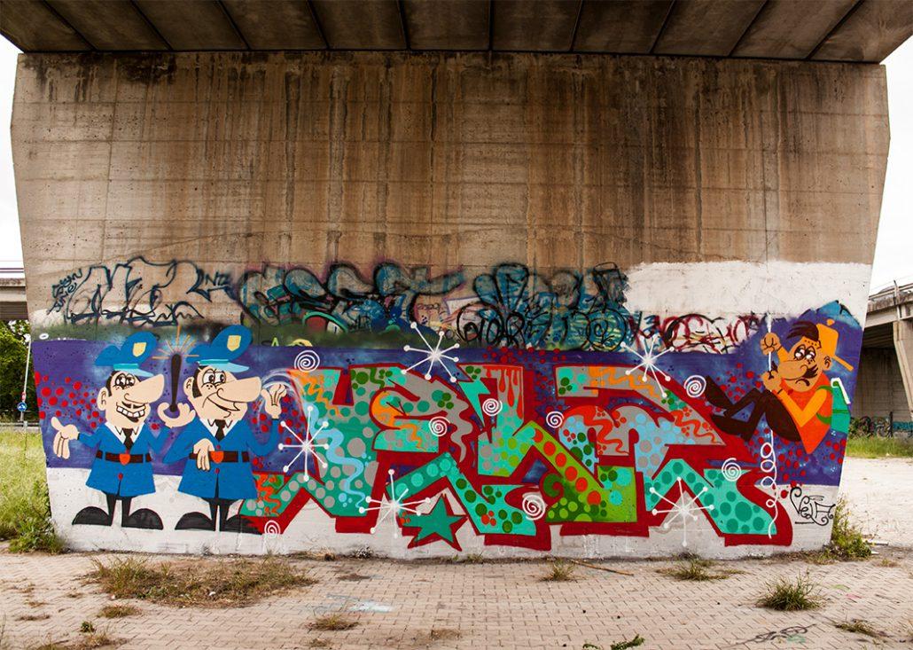 police writer graffito su muro ostia