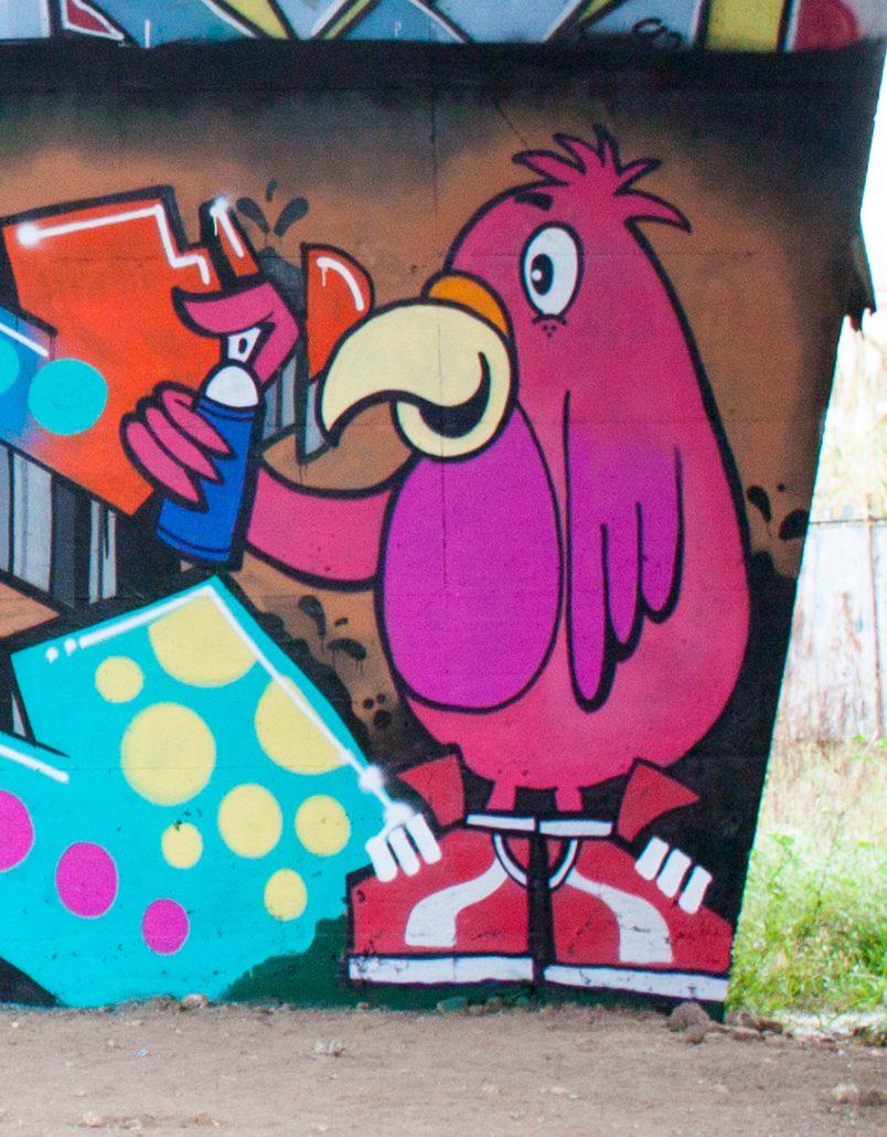 graffito dipinto di pulcino rosa con bomboletta spray